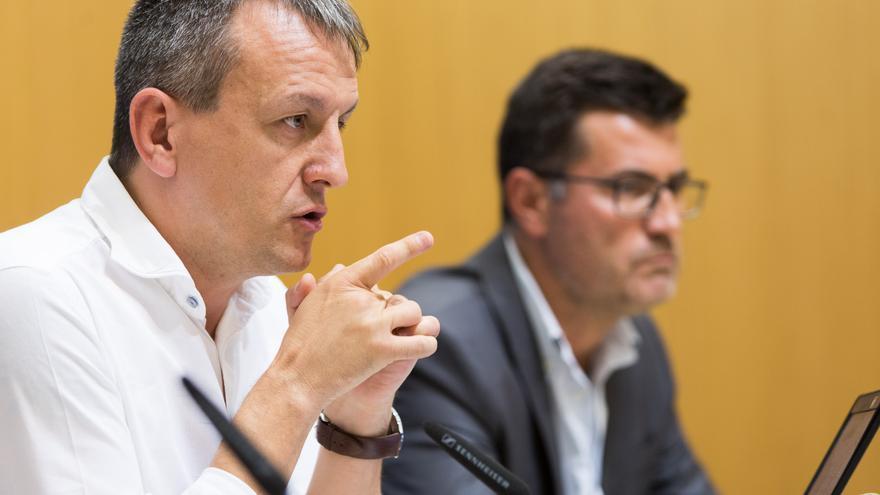 A la izquierda, el concejal de Economía del Ayuntamiento de Zaragoza, Fernando Rivarés (Zaragoza en Común)