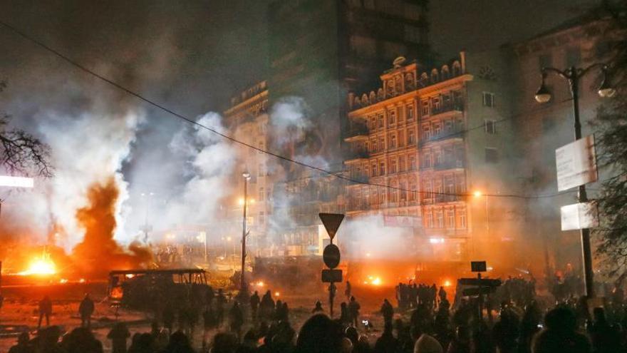 Cientos de manifestantes prosiguen los enfrentamientos con la policía en Kiev