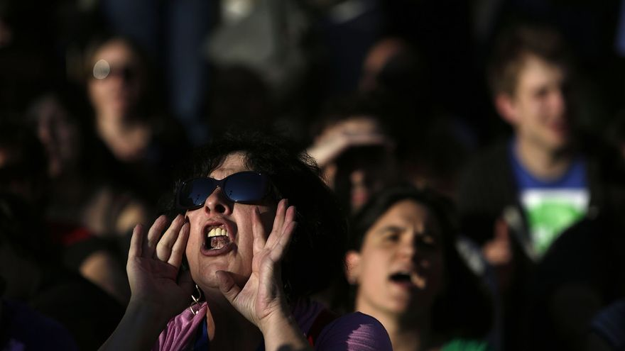 Los manifestantes gritan durante la manifestación del segundo aniversario del 15M