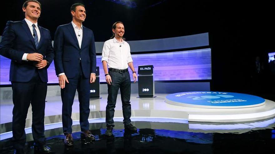 Sánchez, Rivera e Iglesias durante el debate en El País al que faltó Rajoy