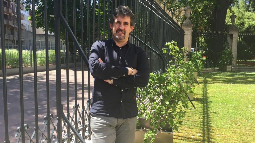 Pello Urizar, líder de EA, en el exterior del Parlamento vasco.
