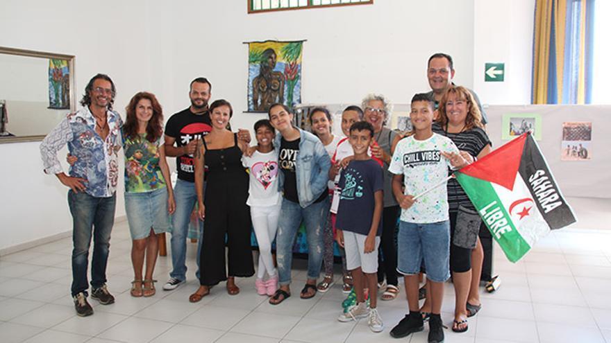 Familias y niños saharauis en el encuentro solidario para recaudar fondos y material para los campos de refugiados.