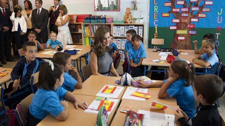 La reina Letizia, durante su visita al colegio público de San Matías, rodeada de niños