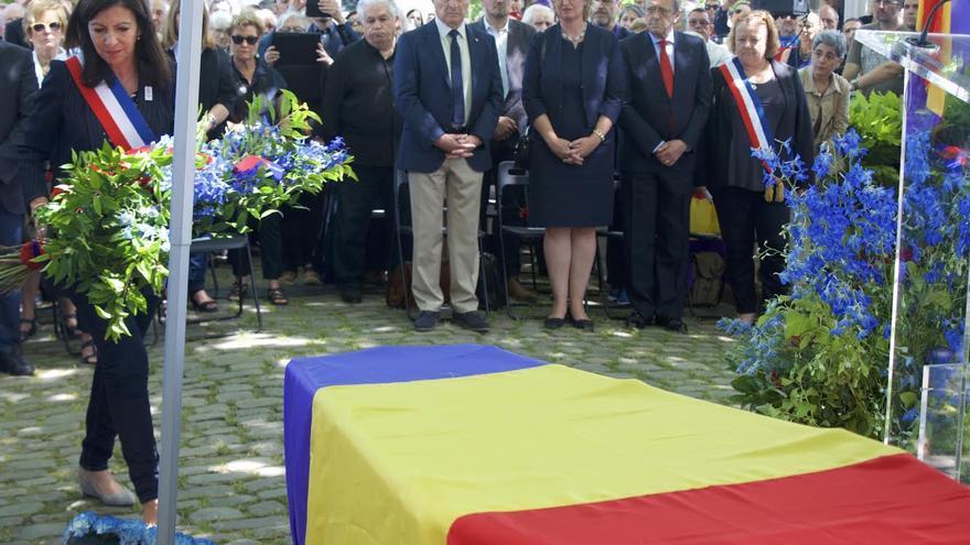 La alcaldesa de París deposita unas flores a los pies del ataúd de Francesc Boix / C. Hernández