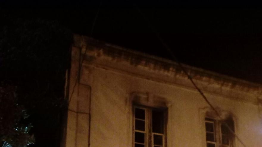 Exterior de la vivienda donde se ha registrado el incendio.  Foto: Bomberos La Palma.