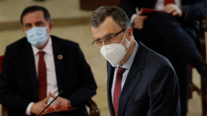 El nuevo alcalde de Murcia tras la moción de censura, Jose Antonio Serrano del PSOE (izq.), y el exprimer edil, José Ballesta del PP (der).