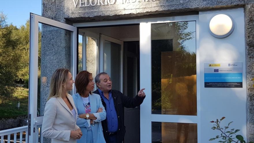 Las altos cargos de la Xunta y el alcalde de Chandrexa de Queixa, en la inauguración del tanatorio