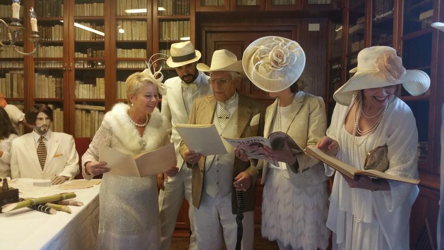 Los 'indianos' consultaron la documentación expuesta en La Cosmológica. Foto: LUZ RODRÍGUEZ.