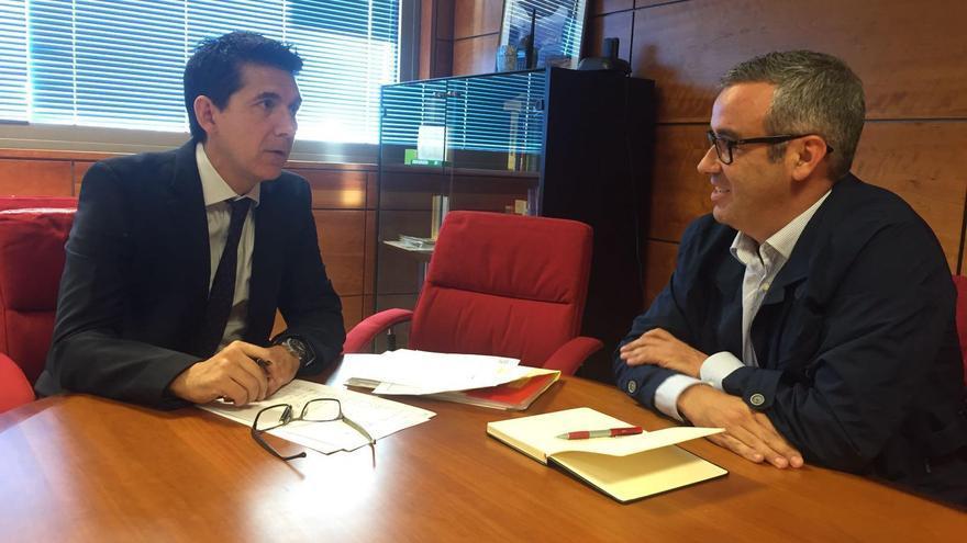 El director provincial de la Dirección General de Tráfico (DGT), Eduardo Polo Alejos, y el alcalde de Santa Cruz de La Palma, Sergio Matos.
