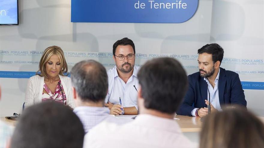 El presidente del Partido Popular en Canarias, Asier Antona (c), acompañado por la presidenta del Partido Popular de Gran Canaria, María Australia Navarro y por el coordinador regional del partido, Lope Afonso (d)