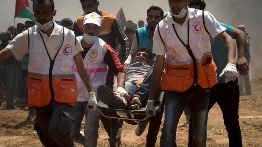 Un manifestante palestino herido durante las protestas en la frontera entre Gaza e Israel.