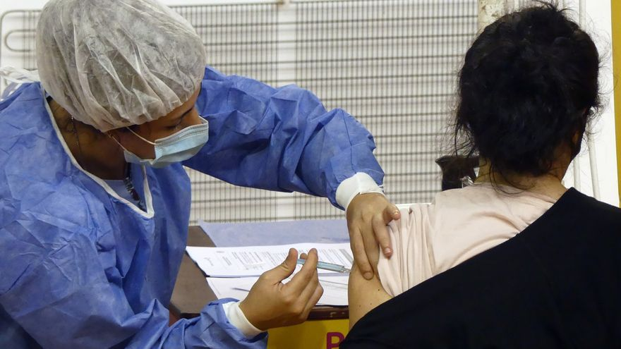 Argentina acumula 2,2 millones de casos y 54.231 muertes por la covid-19