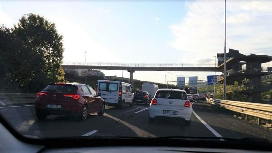 Una colisión entre cinco vehículos sin heridos genera en el Txorierri retenciones de hasta 4 kilómetros