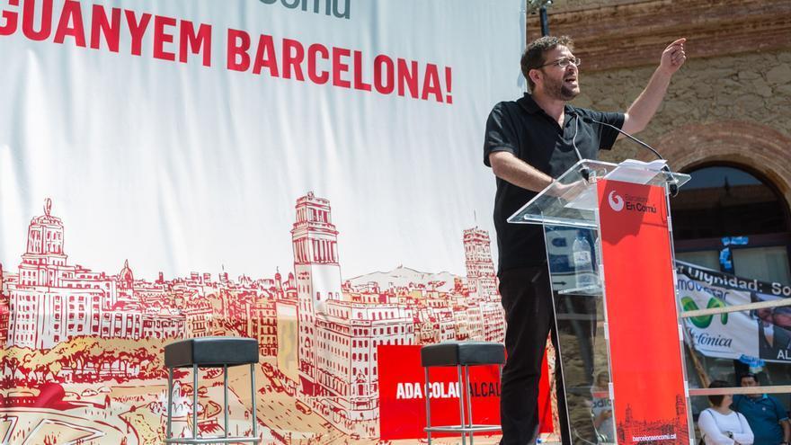Albano Dante ha parlat abans de que pugessin a l'escenari Ada Colau i Pablo Igleasias / ENRIC CATALÀ