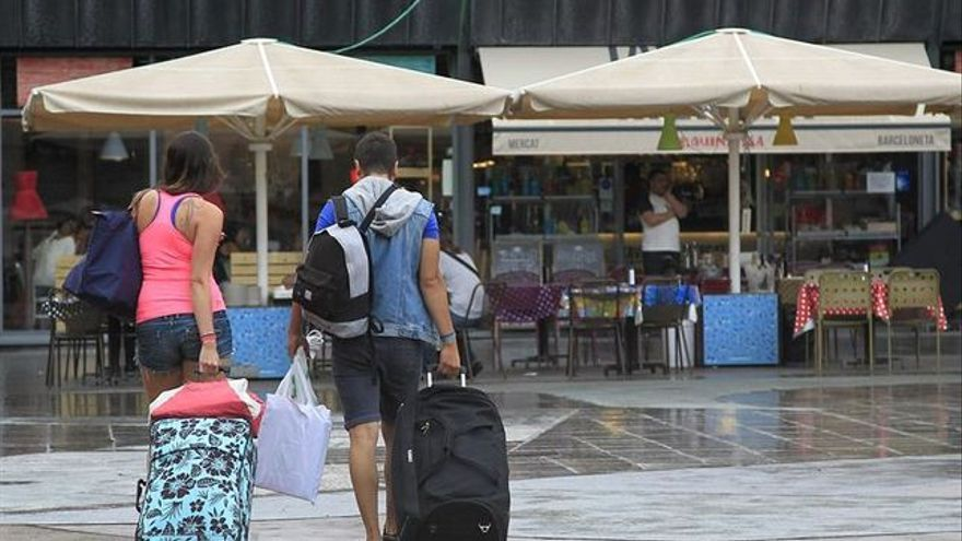 Turistas paseando por la parte vieja de San Sebastián