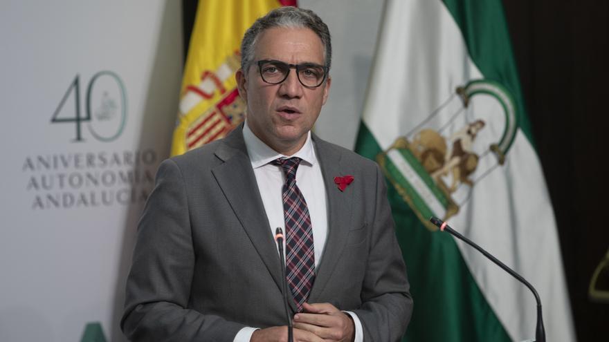 El consejero de Presidencia, Elías Bendodo (d); durante su intervención en la rueda de prensa posterior a la reunión del consejo de Gobierno de la Junta de Andalucía. En Sevilla (Andalucía, España), a 01 de diciembre de 2020.