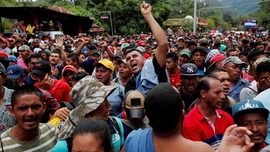 Migrantes hondureños fueron registrados este lunes a su llegada a la frontera de Agua Caliente, donde la Policía de Guatemala les impidió el paso.