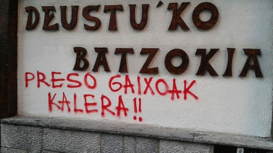 Aparecen pintadas por los presos ETA en batzokis y casas del pueblo de Bilbao