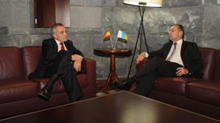 El presidente del Gobierno de Canarias Paulino Rivero y el embajador de España en Marruecos Alberto Navarro.