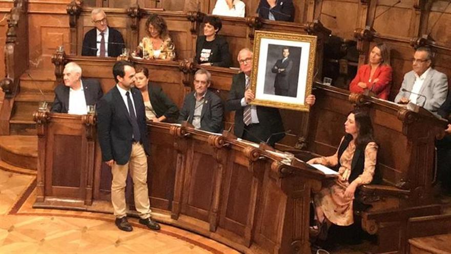 Josep Bou, con el retrato del rey
