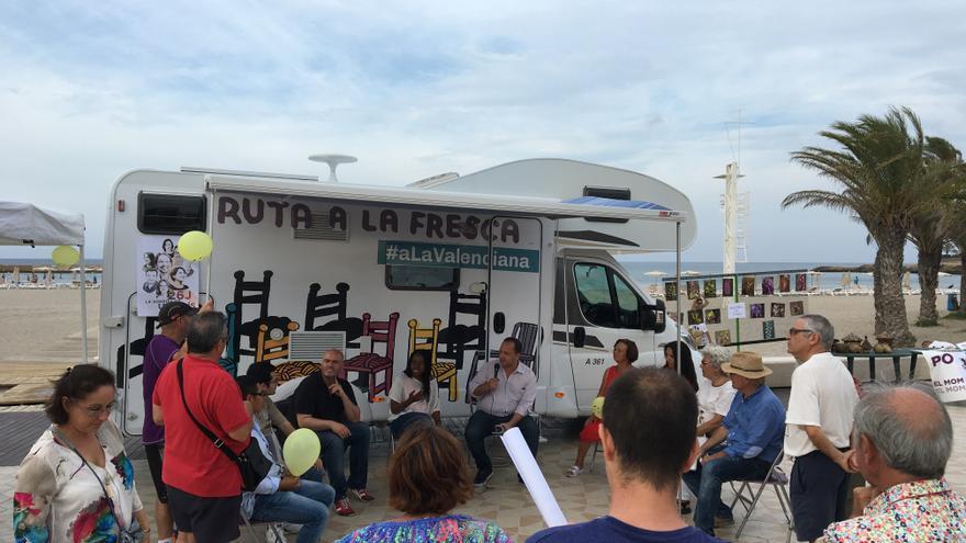 La candidata alicantina de 'A la Valenciana' al Congreso, Rita Bosaho, en uno de los actos 'a la fresca'