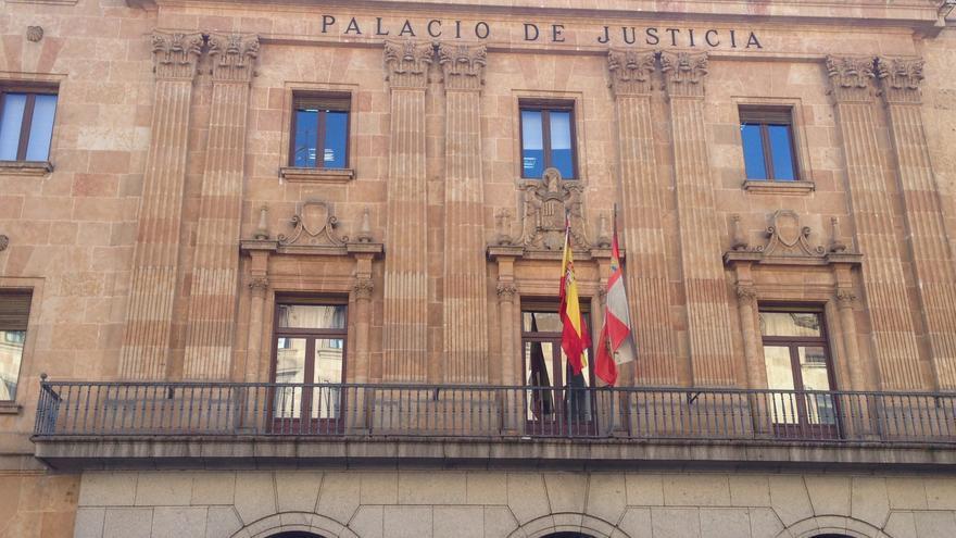 Fachada de la Audiencia Provincial de Salamanca, con el escudo preconstitucional.