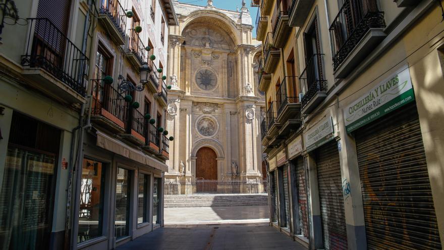La catedral de Granada vacía de visitantes ante las restricciones del estado de alarma.
