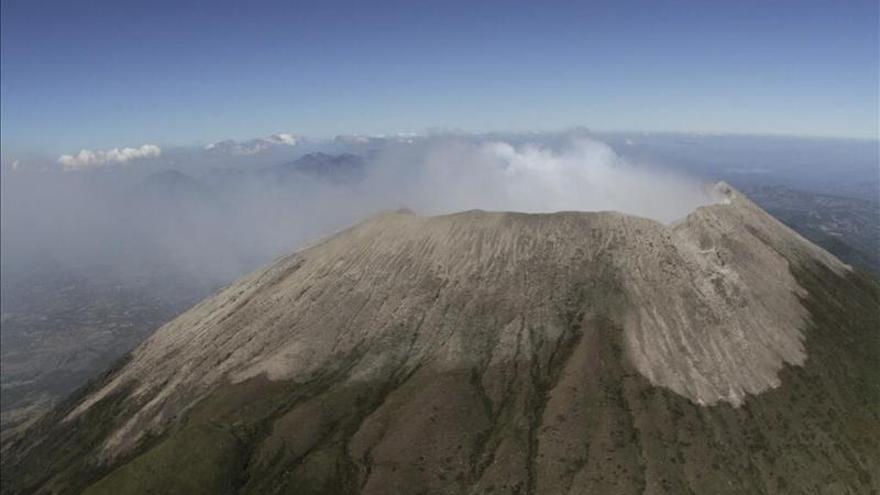 El volcán salvadoreño Chaparrastique tiende a la calma pero sigue amenazando