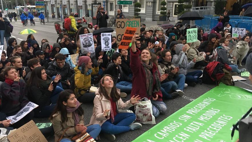 Sentada de algunos jóvenes de Fridays for Future, este viernes 5 de abril en Madrid.
