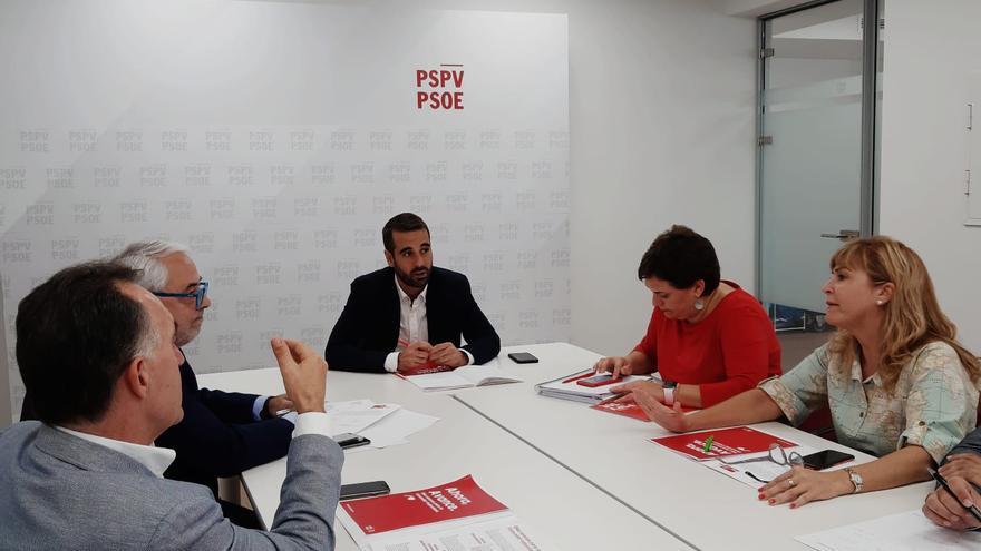 José Muñoz, responsable de campaña del PSPV, durante una reunión