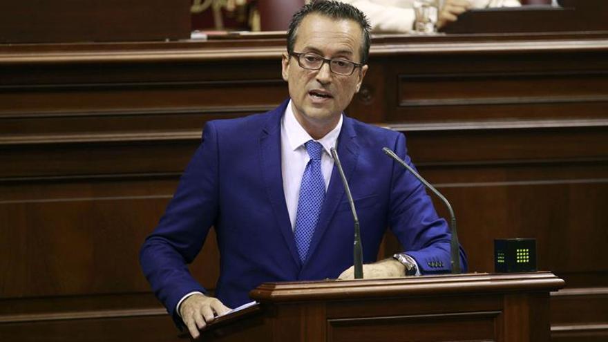 El portavoz de Coalición Canarias, José Miguel Ruano, durante una de sus intervenciones en el debate de investidura del presidente del Ejecutivo regional, Fernando Clavijo. (EFE/Cristóbal García)