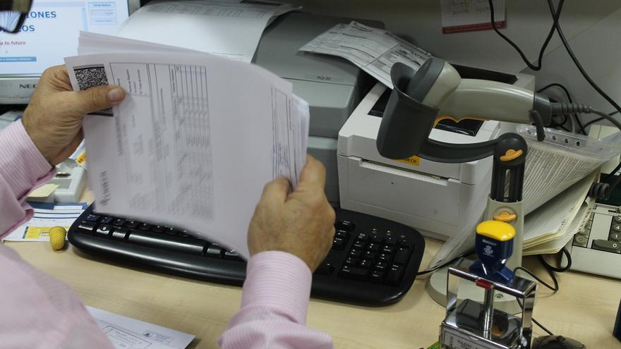Los empleados públicos empiezan a cobrar otro cuarto de la paga extra suprimida en 2012