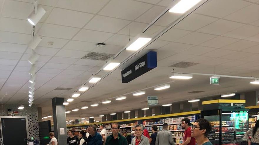 Numerosos Clientes Estrenan El Primer Supermercado De Mercadona En