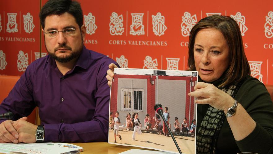 Los diputados Ignacio Blanco y Marga Sanz muestran fotos de barracones escolares