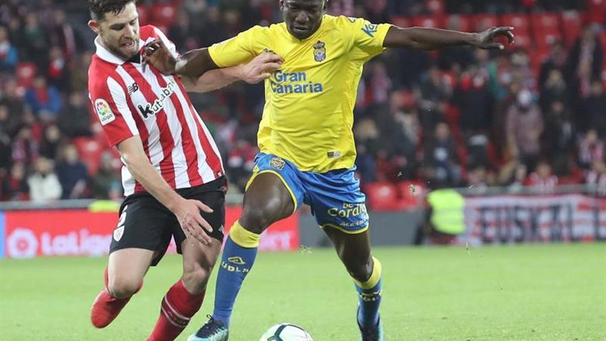 El defensa del Athletic de Bilbao Yerai Álvarez disputa el balón ante el centrocampista nigeriano de la UD Las Palmas Oghenekaro Etebo. EFE/LUIS TEJIDO.