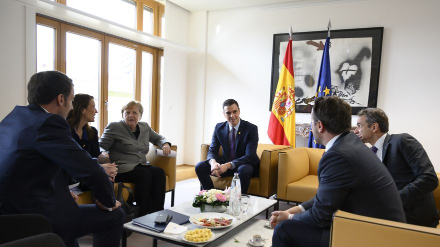 Emmanuel Macron, presidente de Francia; Sophie Wilmès, primera ministra belga; Angela Merkel, canciller alemana; Pedro Sánchez, presidente del Gobierno; Kyriakos MItsotakis, primer ministro griego; y Xavier Bettel, primer ministro luxemburgués.