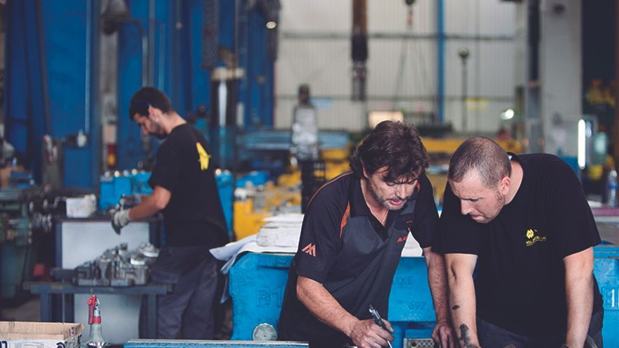 Miembros de la cooperativa Mol Matric trabajando en los talleres de Barberà del Vallès (Barcelona).