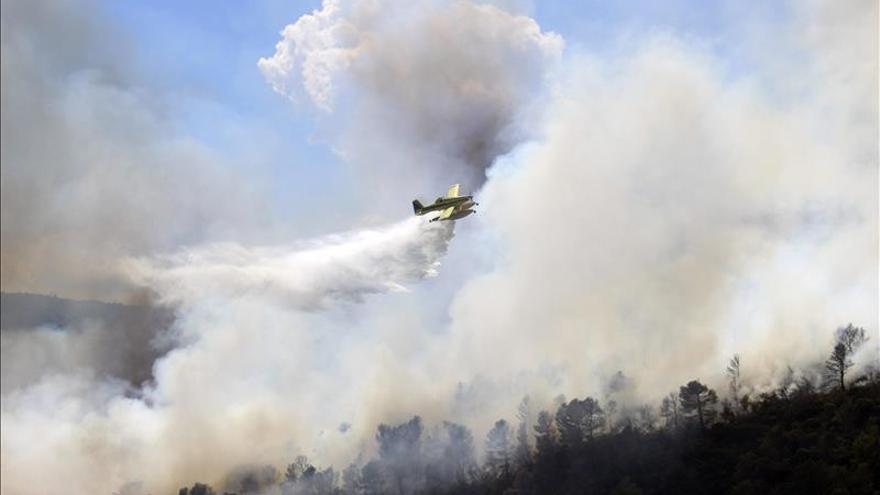 Declarado un incendio en una zona de difícil acceso de Domeño (Valencia)