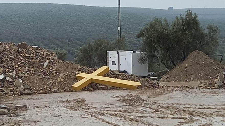 Cruz de los caídos en el centro de reciclaje de Moriles.