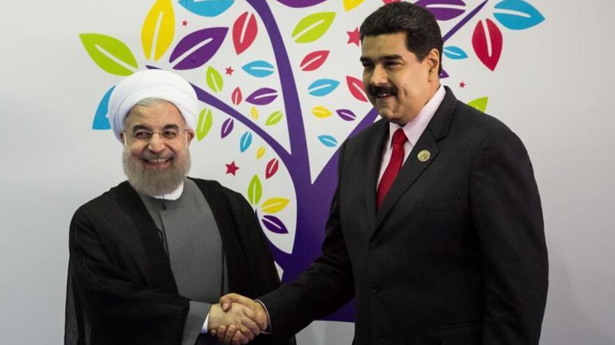 En la imagen, el presidente de Venezuela, Nicolás Maduro (d), junto a su homólogo de Irán, Hassan Rohaní.