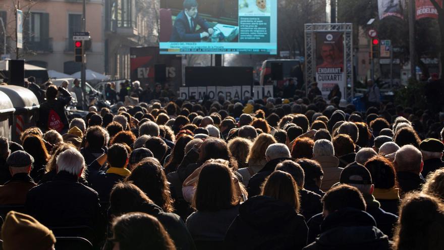 Centenares de personas siguen este jueves las declaraciones de los acusados del juicio del 'procés' que se celebra en el Tribunal Supremo, a través de una pantalla gigante instalada frente a la sede de Òmnium Cultural en Barcelona