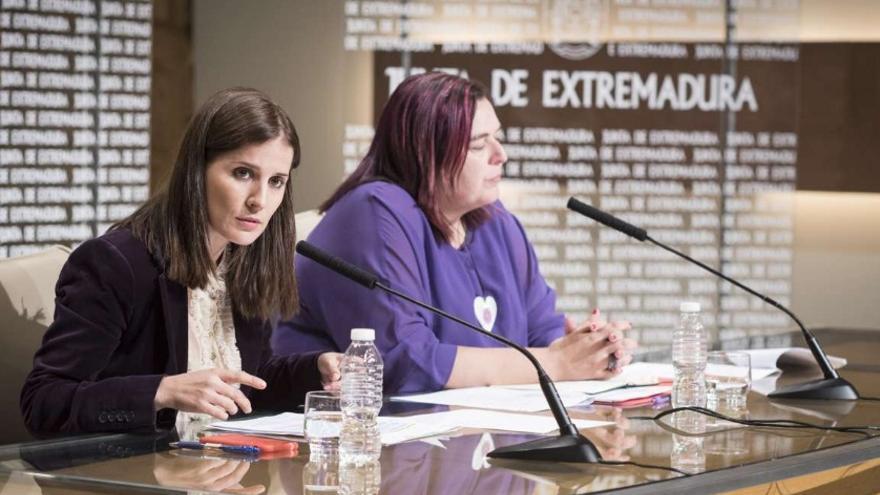 La portavoz de la Junta, Isabel Gil Rosiña, y la conejera García Bernal en rueda de prensa