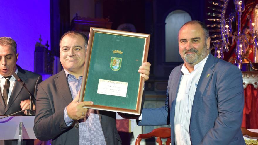 Vicente Pérez y el alcalde Escolástico Gil, en Machado (El Rosario)