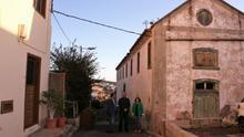 Los responsables municipales de Granadilla, durante una visita al antiguo secadero