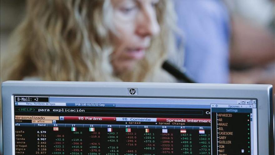España coloca 4.574 millones en bonos al menor interés desde 2009