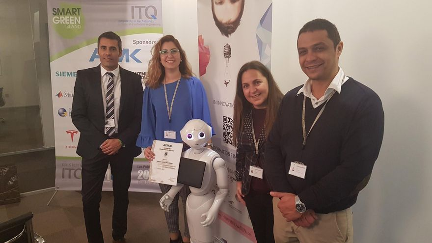 Integrantes del área de Innovación muestran el certificado junto al robot pepper, una de las iniciativas innovadoras más recientes del Grupo.