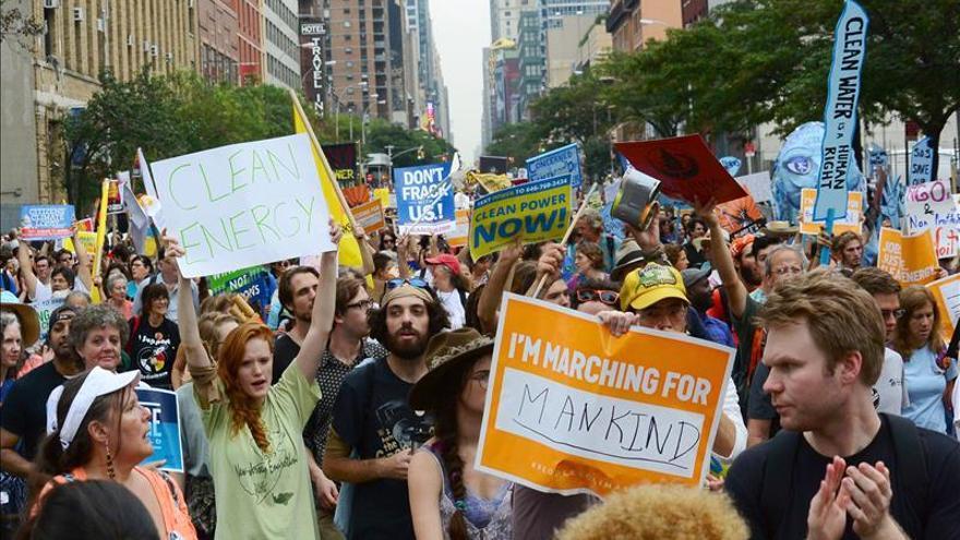 """Cientos de personas """"inundan"""" Wall Street por su papel en el cambio climático"""