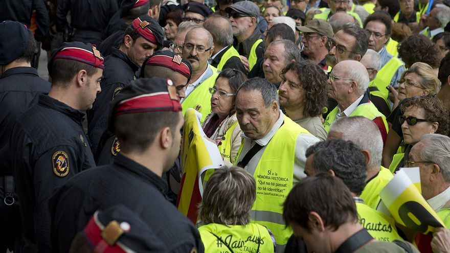 Los Iaioflautas ante los Mossos d'Esquadra delante del Palau de la Generalitat / Edu Bayer