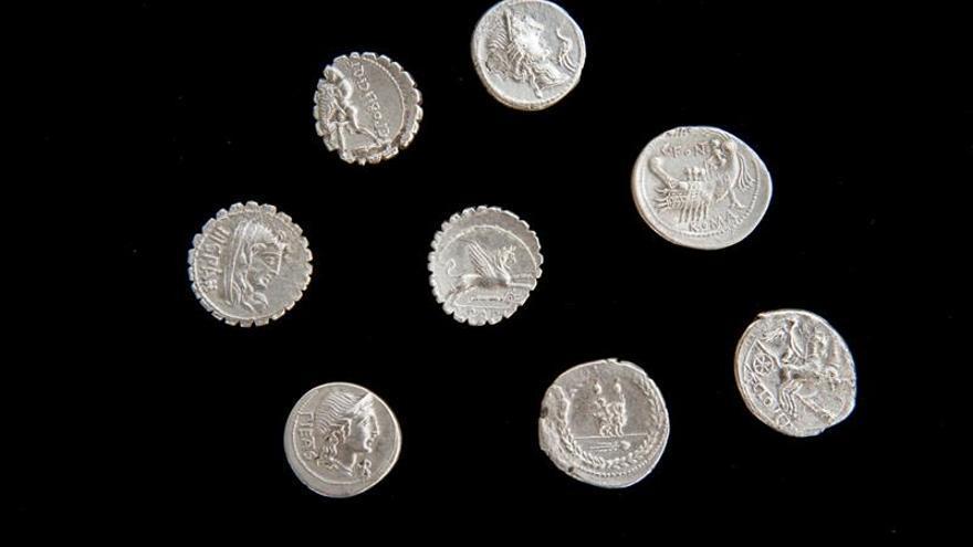 Un estudiante de Jerez encuentra 200 denarios en el yacimiento de Empúries