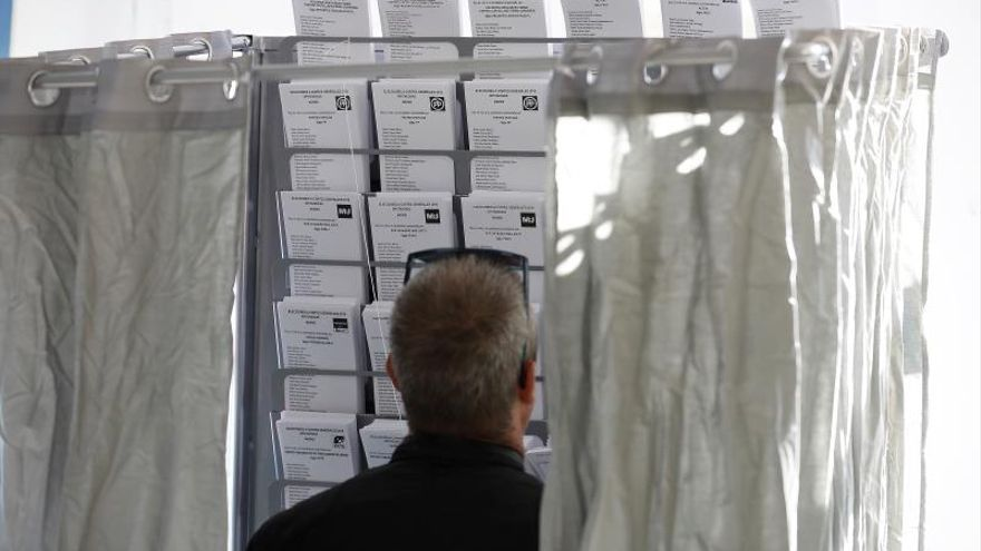 Una persona elige su papeleta en un colegio electoral en Madrid en las pasada elecciones generales..